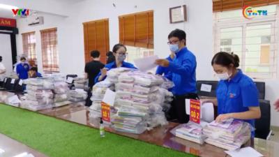 Shipper áo xanh mang niềm vui cho học sinh đầu năm học mới
