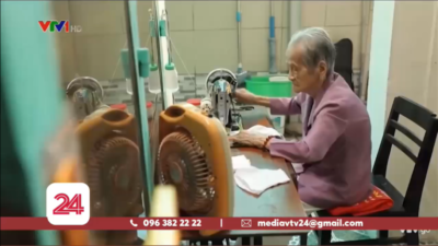 Mẹ Việt Nam anh hùng 98 tuổi may khẩu trang tặng người nghèo