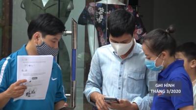 """Quảng Nam - """"Đến từng ngõ, gõ cửa từng nhà"""" hướng dẫn người dân khai báo y tế."""