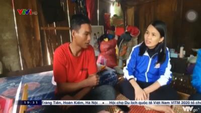 Hồ Văn Xuôn - Nhận Huy hiệu tuổi trẻ dũng cảm cứu người trong lũ