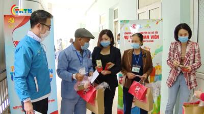 Nhiều phần quà ý nghĩa dành cho bệnh nhân có hoàn cảnh khó khăn về quê đón Tết