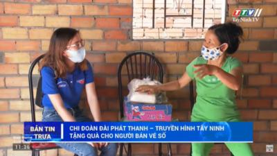 Tây Ninh - Chi đoàn Đài Phát thanh - Truyền hình Tây Ninh tặng quà cho người nghèo