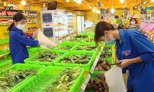 Thanh niên tình nguyện đi chợ giúp dân